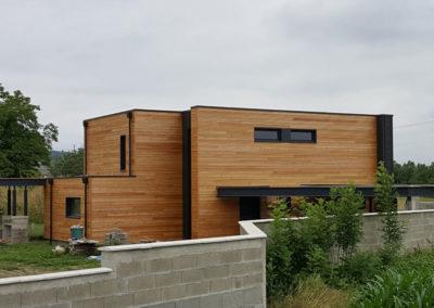 Construction maison individuelle en ossature bois isolé par l'extérieur + bardage méleze et joint